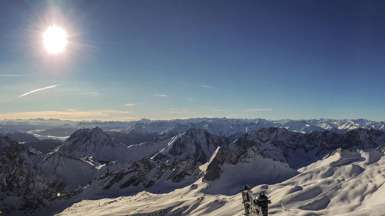 Skifahren in der Frühlingsonne - Panorama Zugspitze