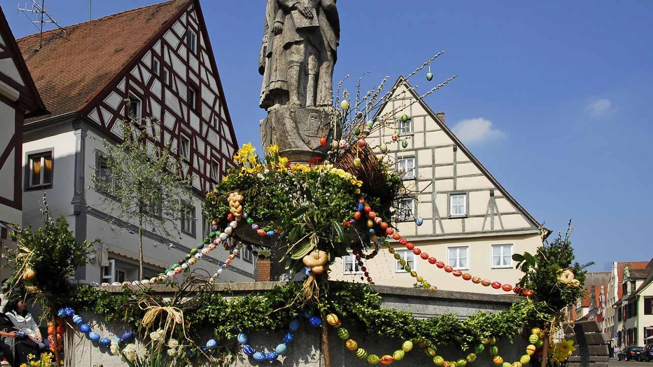 Fränkische Osterbrunnen mit Statue