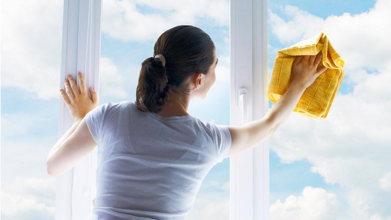 Frühlingsfensterputz ohne Chemie - Frau mit Lappen