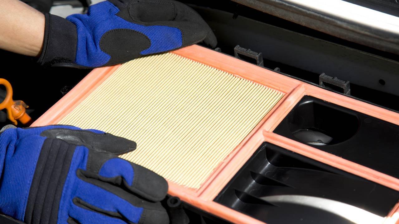 Luftfilter im Auto austauschen - mit Handschuhen