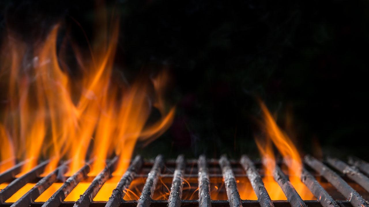 Osterbraten auf dem Grill zubereiten - Grill unter Feuer