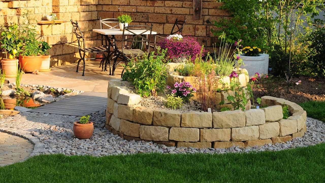 Eine Kräuterspirale im eigenen Garten - neben der Terrasse