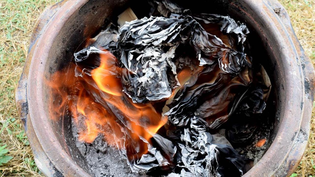 Der selbstgebaute Grill - Glut im Topf