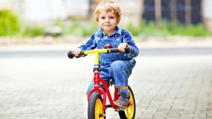 Laufrad versus Stützräder - Kind mit Laufrad