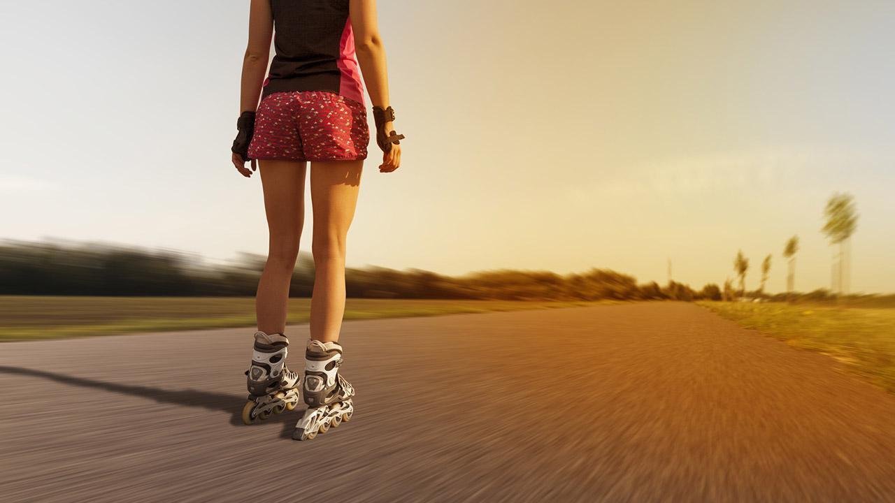 Inlineskating für Anfänger - Frau alleine auf der Landstraße