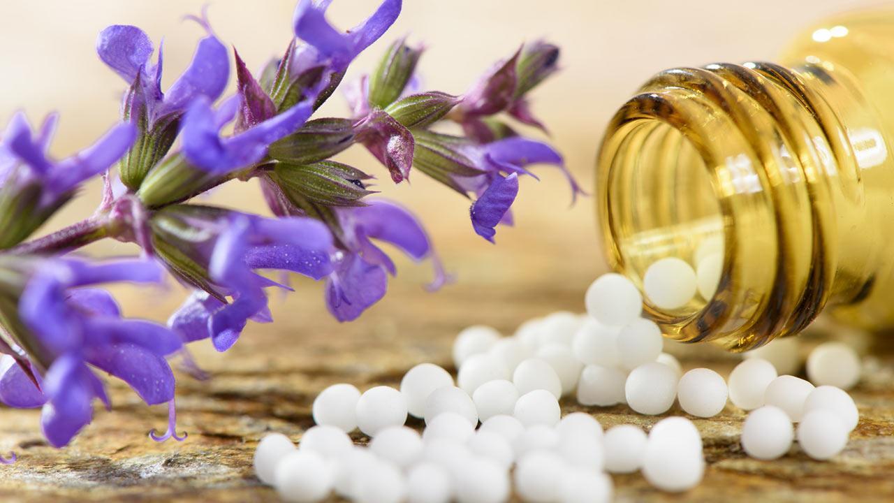 Homöopathie gegen Frühjahrsmüdigkeit - Pillen und Blüten