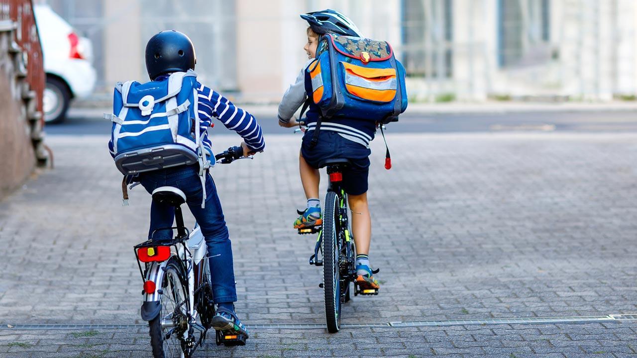 Der erste Schulranzen - worauf muss ich achten ?  - 2 Kinder auf Fahrräder
