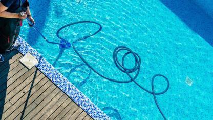 Swimmingpool aus dem Winterschlaf erwecken