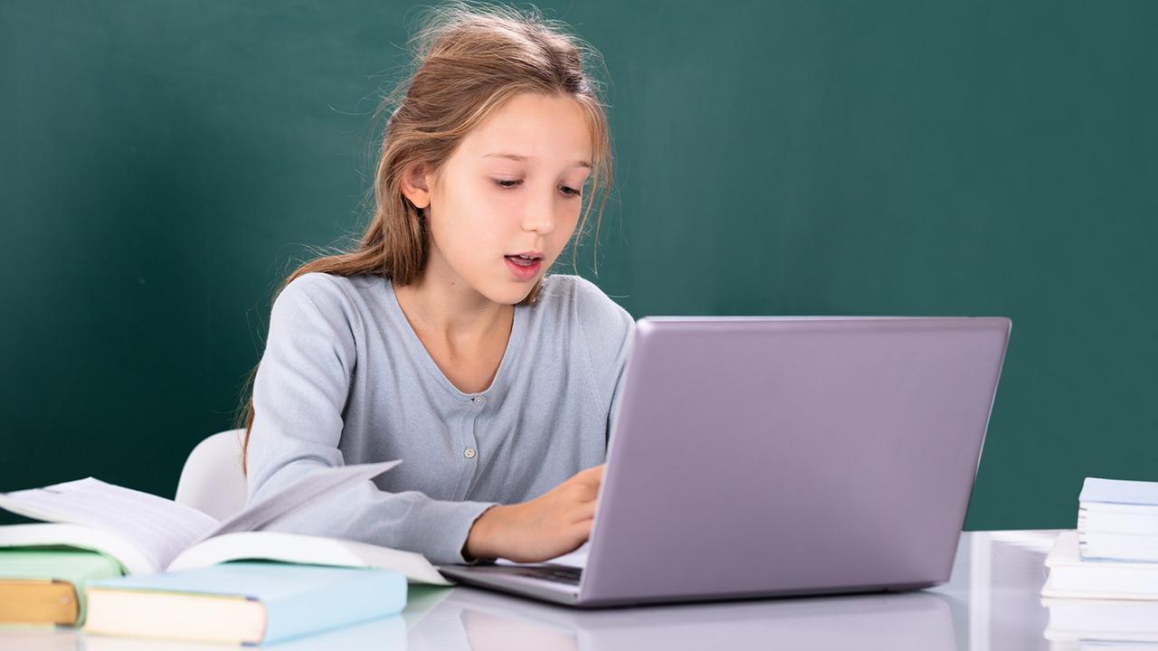 Der optimale Schreibtischstuhl für mein Kind - Mädchen mit Laptop