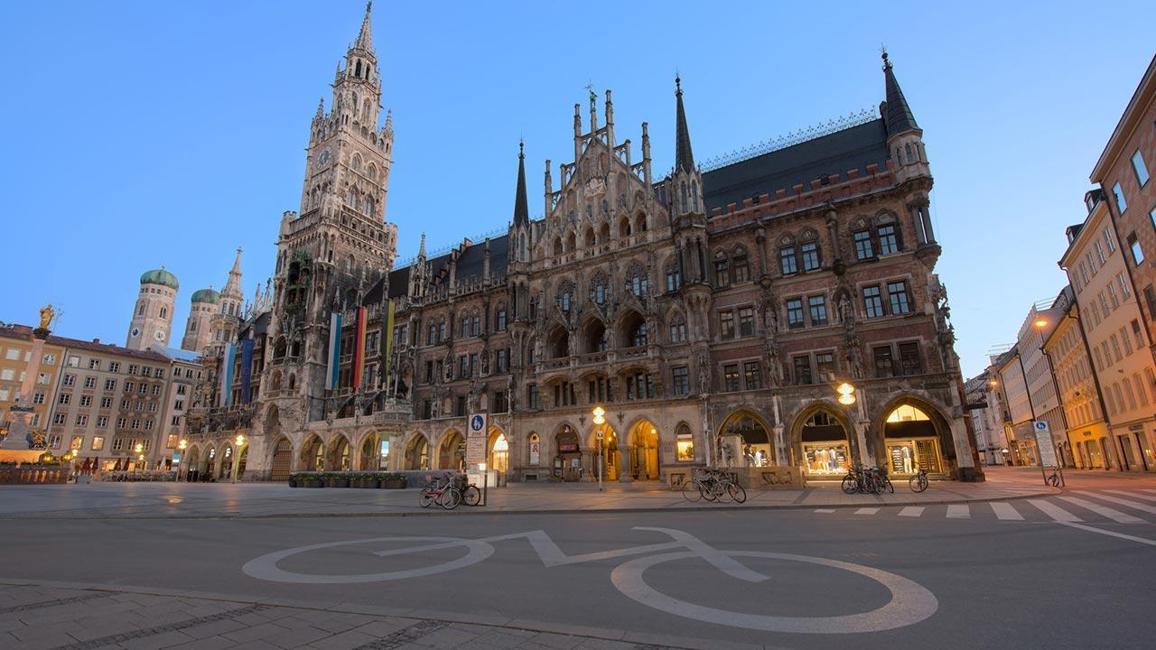 Mit dem Rad die Stadt erkunden: München / Panorama Nachtansicht von Marienplatz
