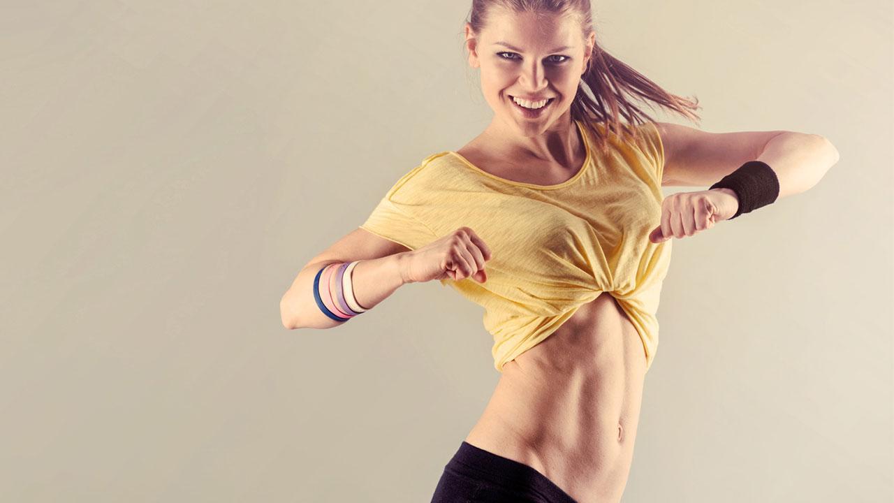 Sportarten für Zuhause - Zumba / Frau tanzt Zumba