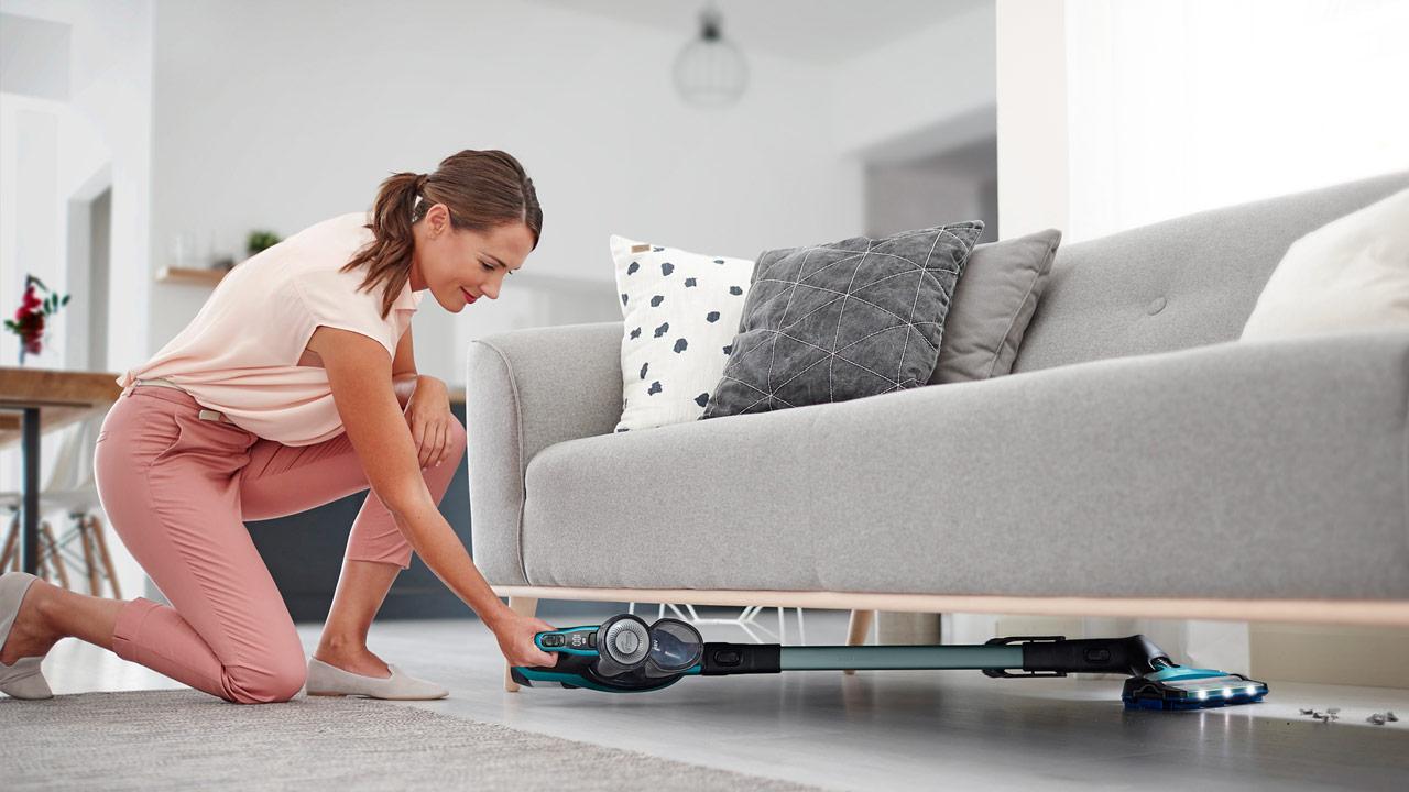 Helfer im Haushalt - der Saugwischer - unter dem Sofa