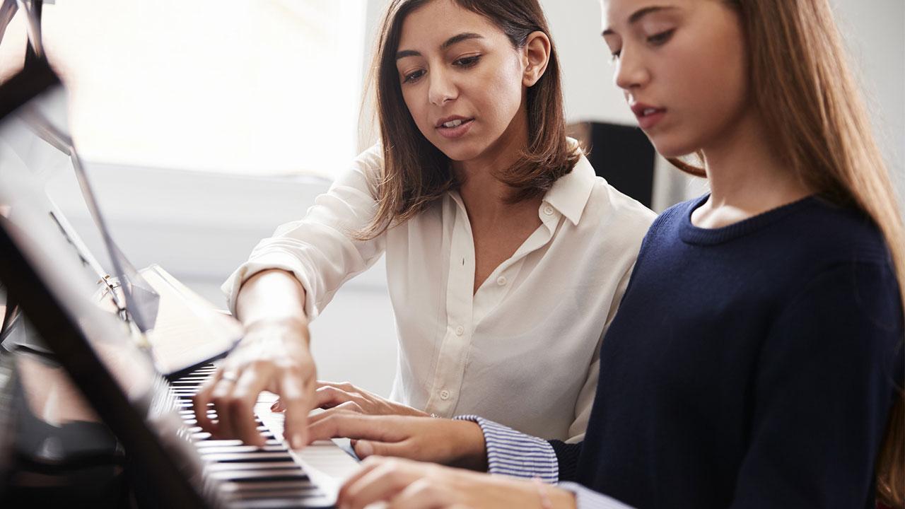 Klavier spielen - So legen Sie los / Frauen bei Klavierstunde