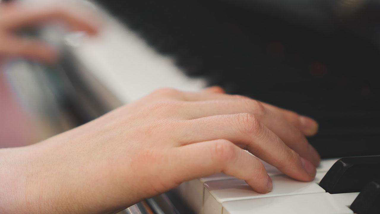 Klavier spielen - So legen Sie los / Hände die Klavier spielen