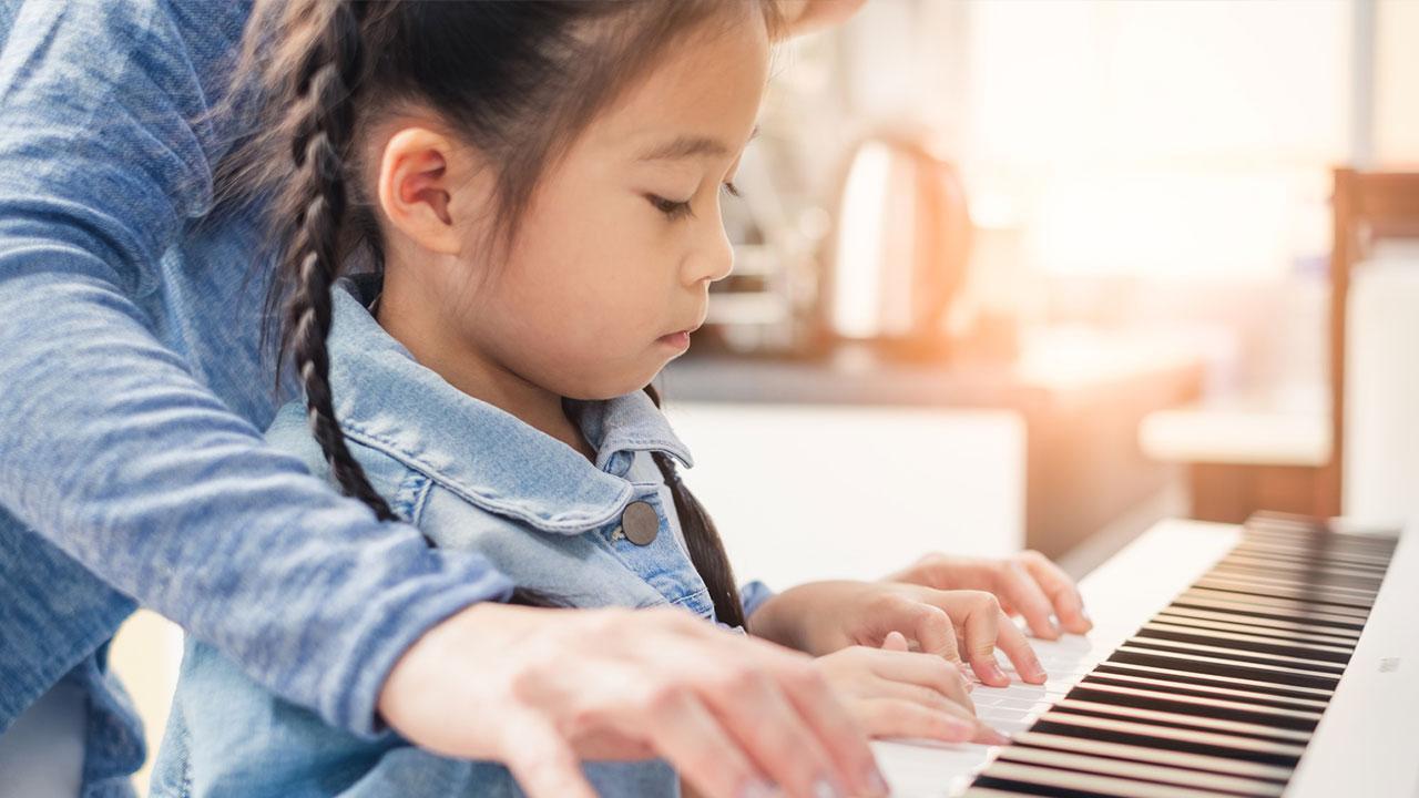 Klavier spielen - So legen Sie los / Kind und Mutter beim Klavier spielen