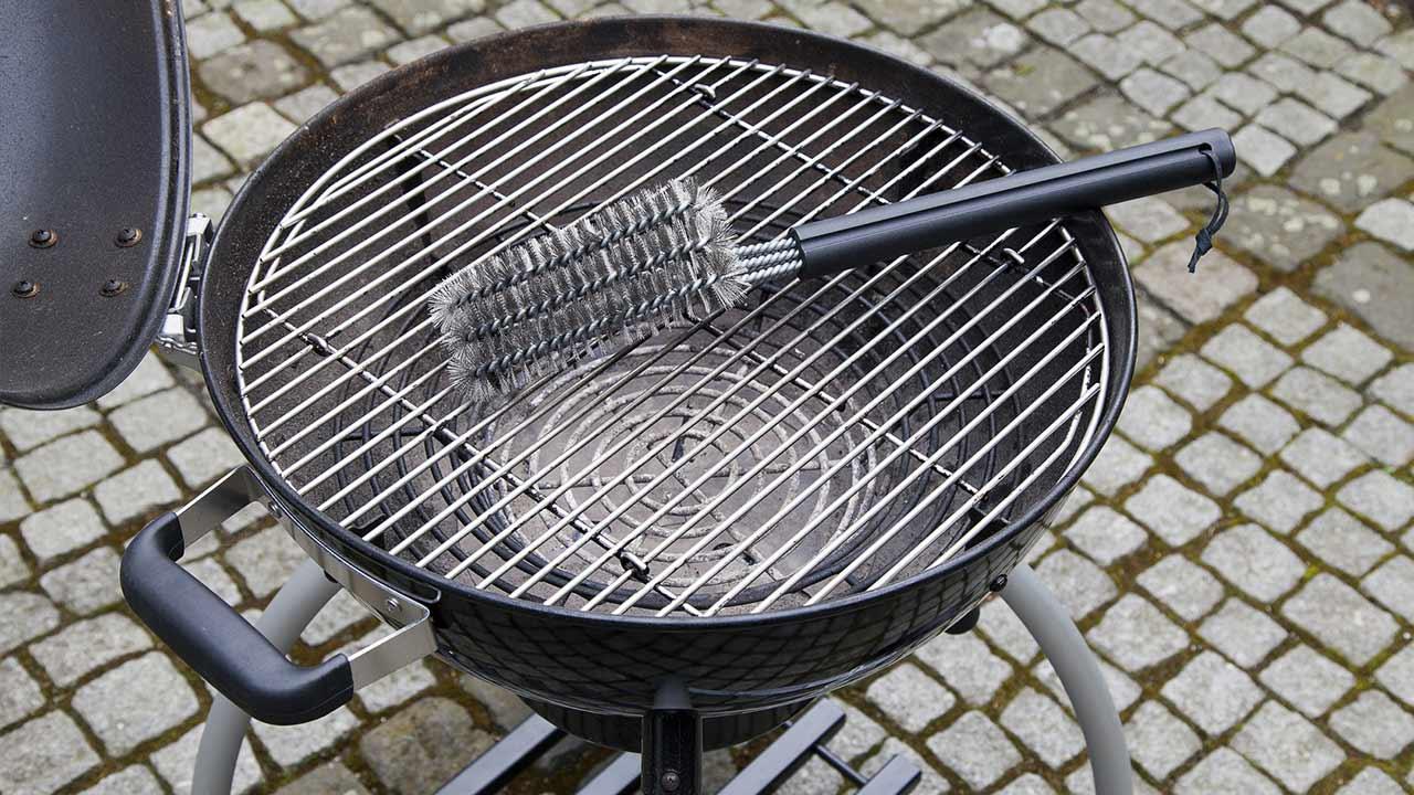 Der optimale Holzkohlegrill / Reinigungsbürste fürs Grillrost auf Grill