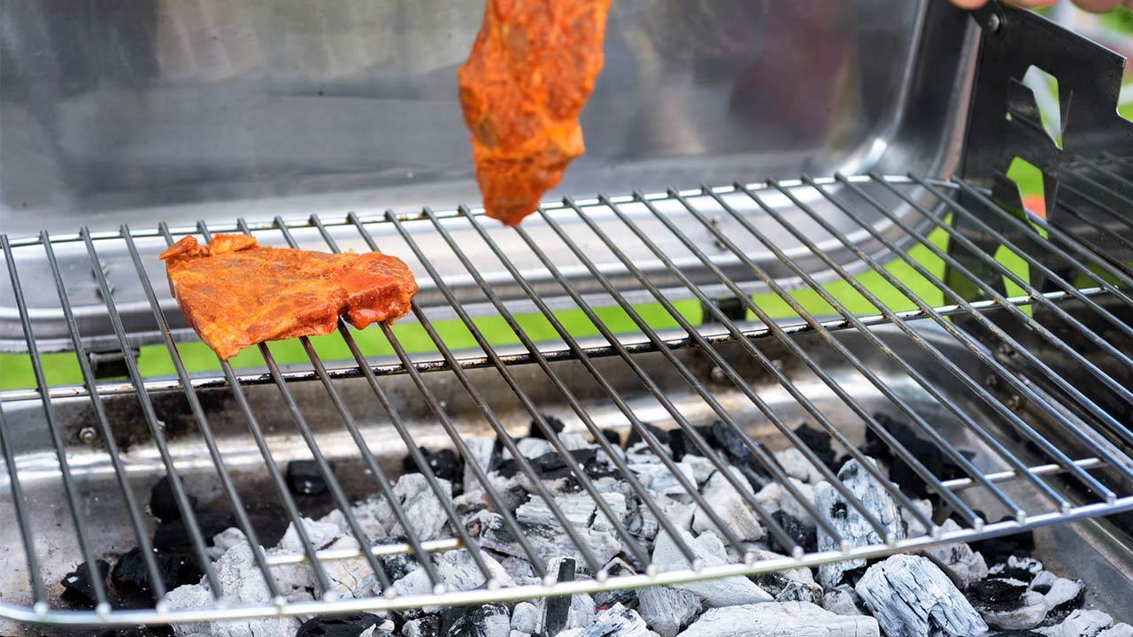 Der optimale Holzkohlegrill / Fleisch auf einem Grill