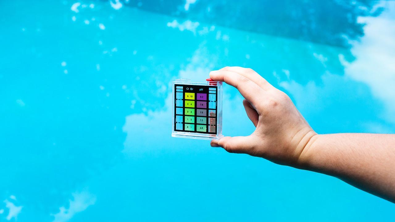 Hilfe, mein Pool ist grün ! / Mann misst den Wasser pH-Wert