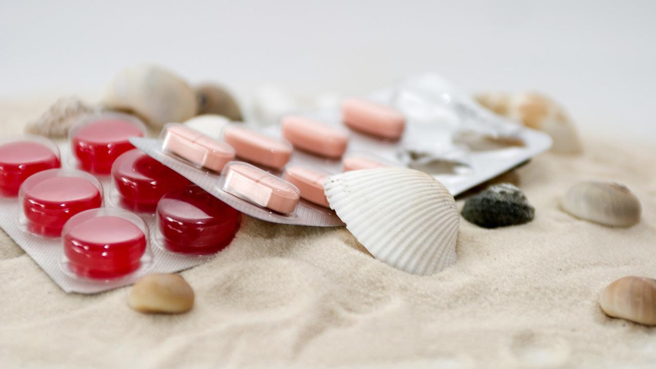 Reiseapotheke - Was muss rein ? / Tabletten auf Sand