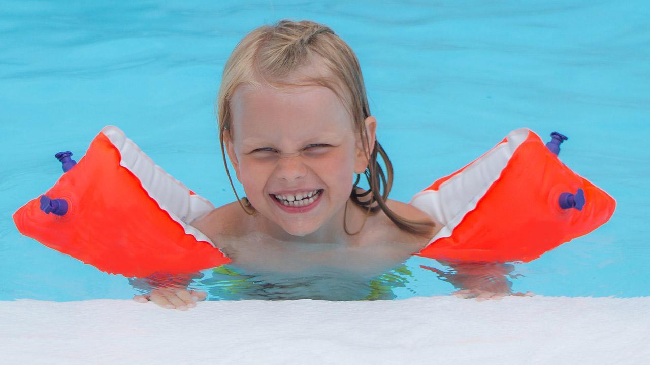 Die besten Schwimmhilfen für Kinder / kleines Mädchen trägt Schwimmflügel