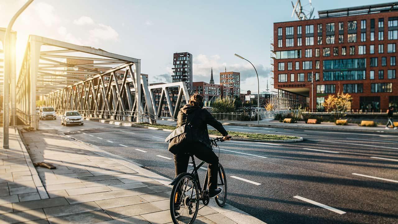Sommerliches Radfahren in Hamburg - Fahrradfahrer auf der Brücke