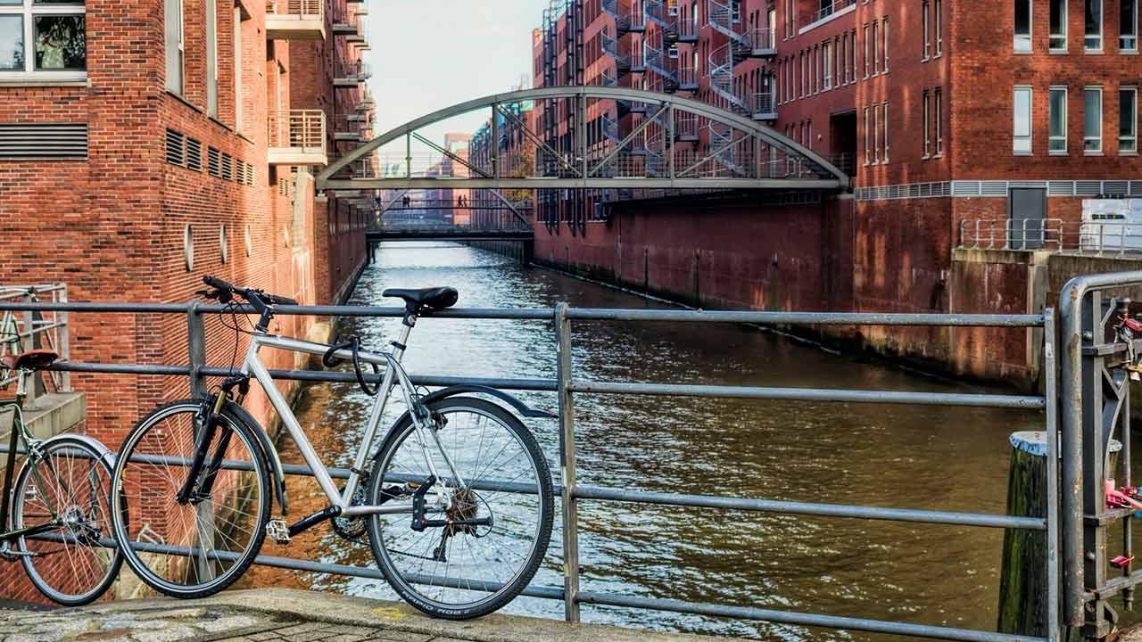 Sommerliches Radfahren in Hamburg - vor der Speicherstadt