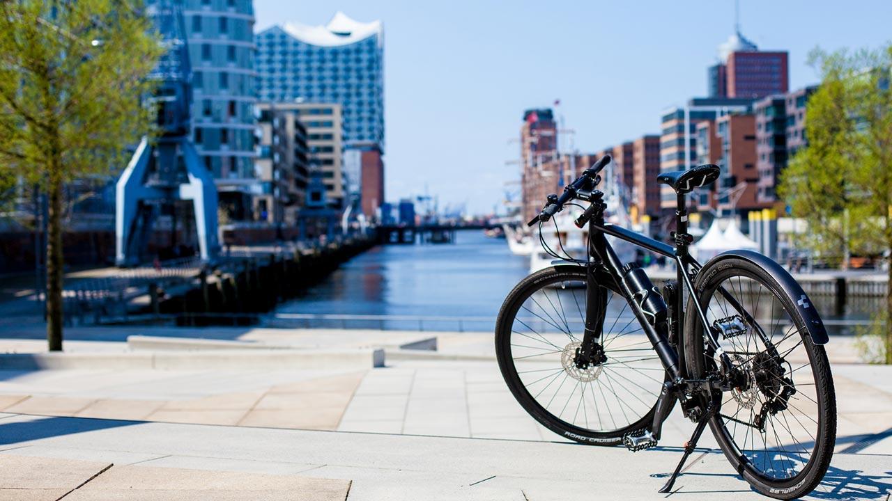 Sommerliches Radfahren in Hamburg - vor der Elbphilharmonie