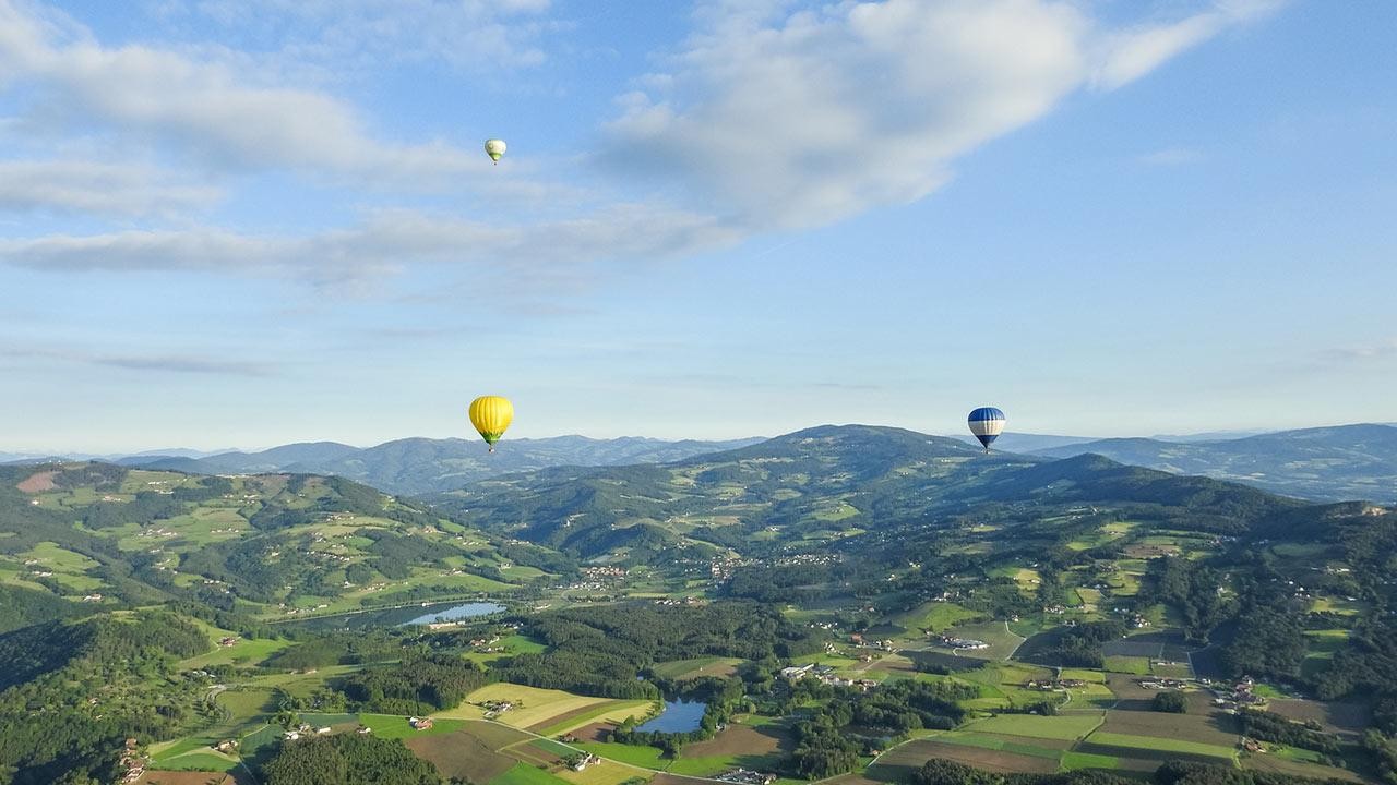 Ballon fahren über die Südsteiermark /  Heissluftballon über Landschaft