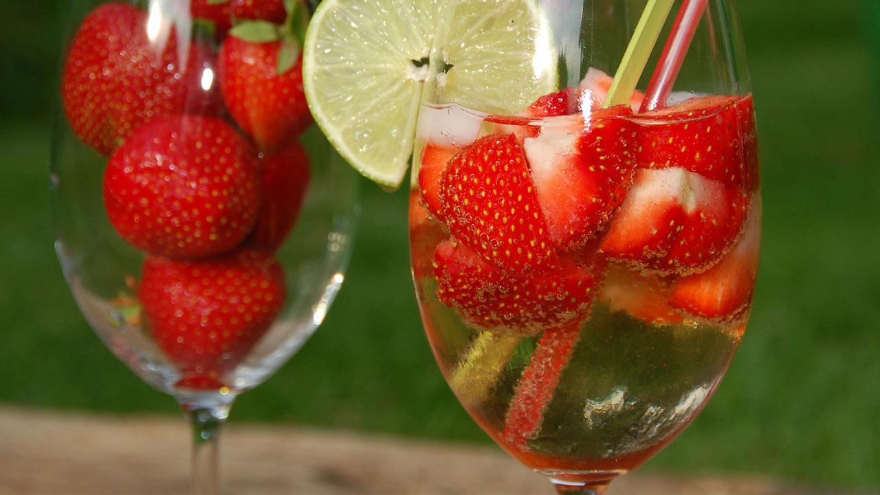 Longdrink Tipp im Juli - Erfrischende Sommerfruchtbowle / Bowle mit Erdbeeren