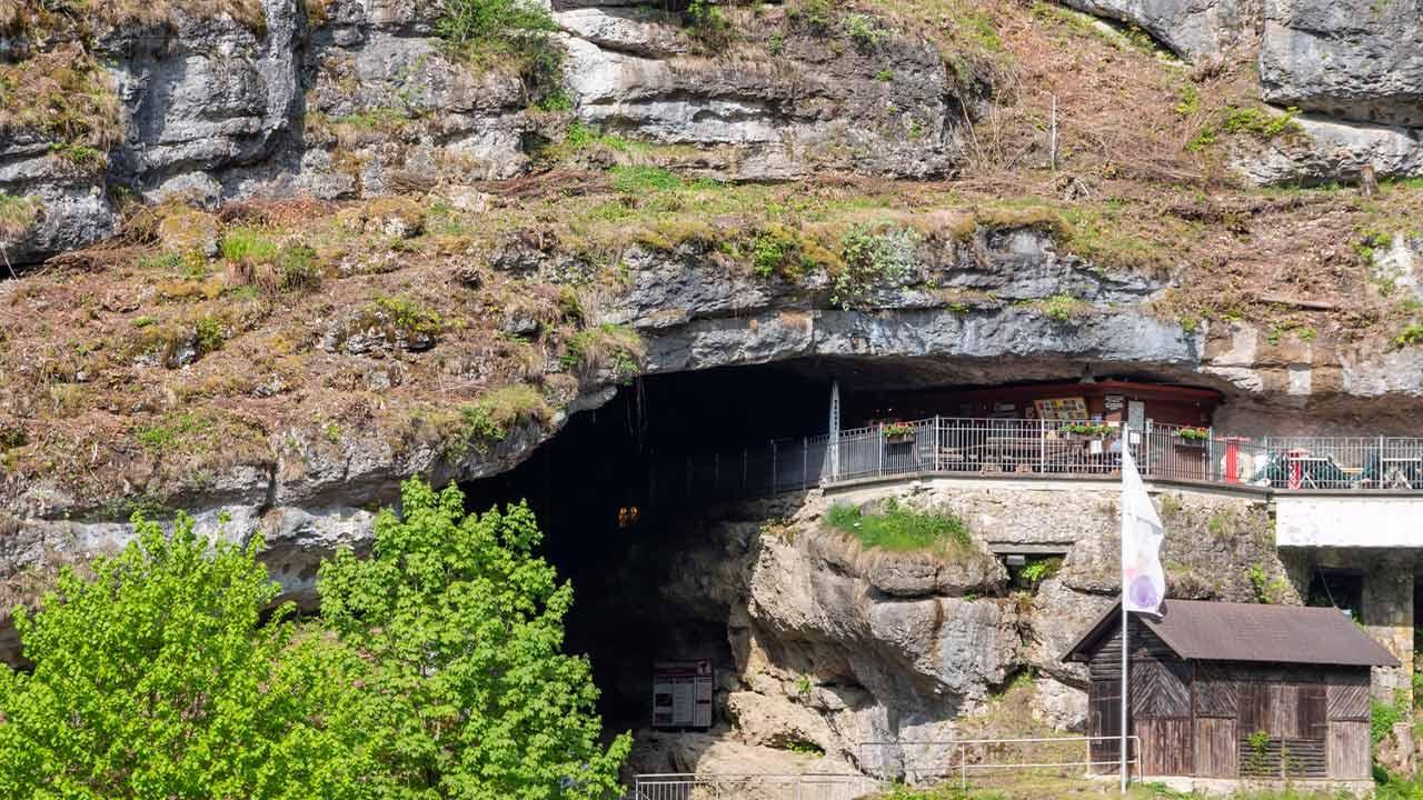 Sommer Ausflugsziel Pottenstein /  Blick auf die Teufelshöhle