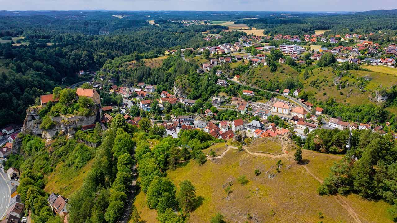 Sommer Ausflugsziel Pottenstein / Luftaufnahme von Pottenstein