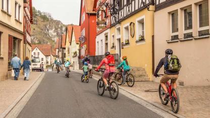 Sommer Ausflugsziel Pottenstein / Familie macht eine Radtour durch Pottenstein