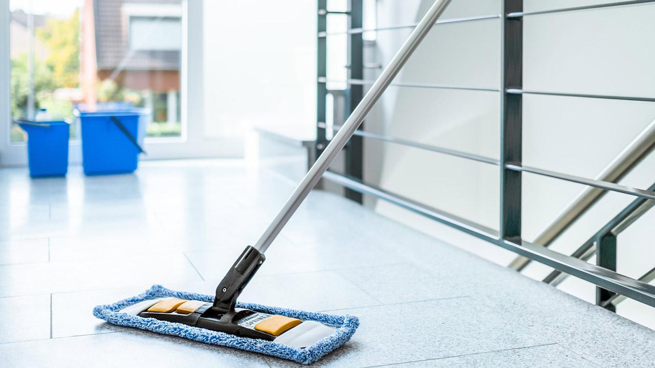 Bodenreinigung Zuhause - einfach gemacht / jemand wischt den Boden