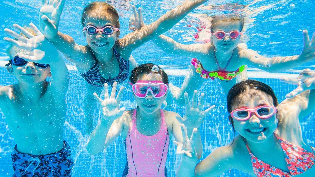 Tipps für eine Sommerparty für Kinder / Kinder im Pool