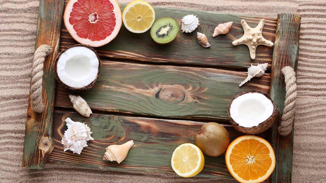 Sommer-Deko-Ideen für Zuhause / Tablett mit Früchten und Muscheln