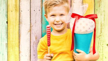 Eine Schultüte für mein Kind - basteln oder kaufen ? / ein Junge mit seiner Schultüte