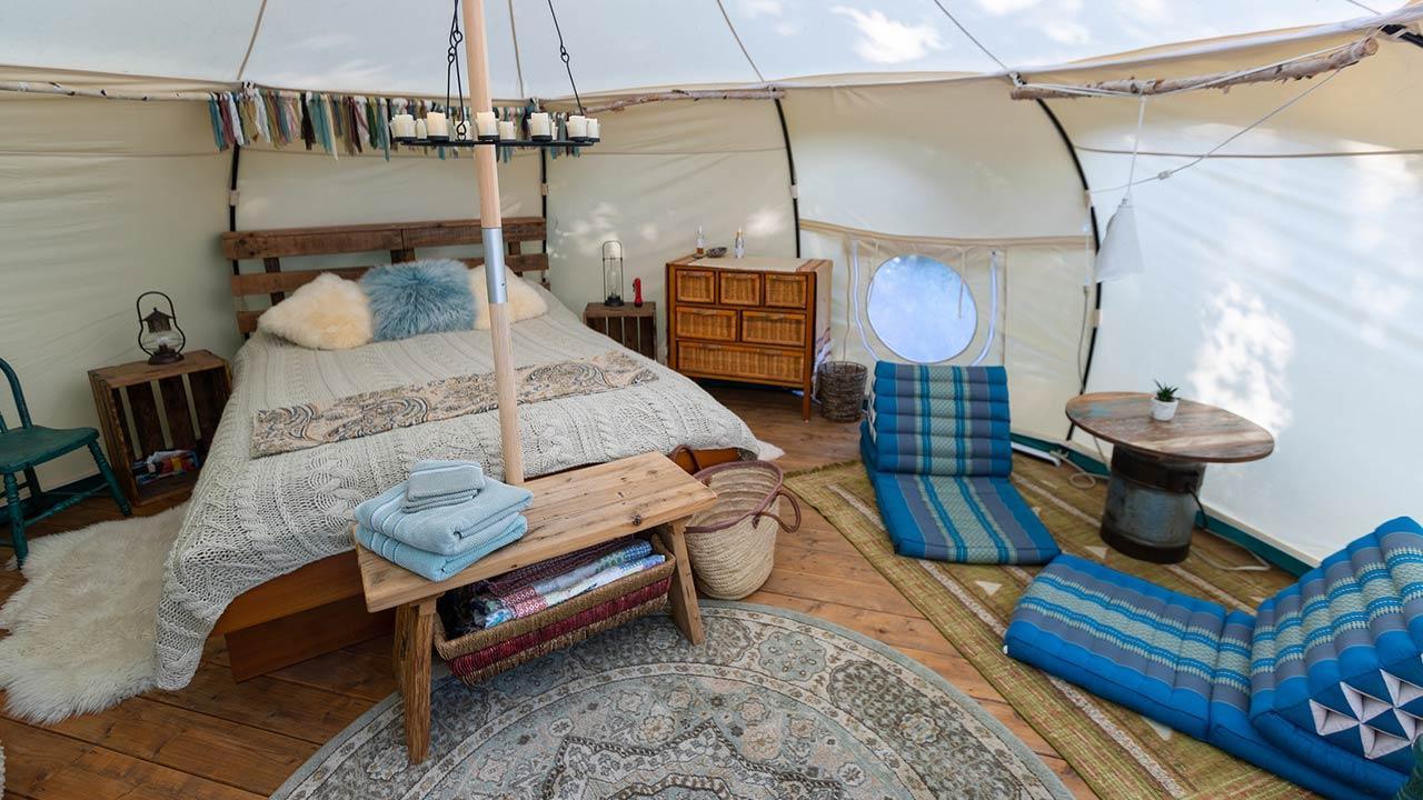 Glamping - Camping mit Komfort / modernes Glamping Zelt
