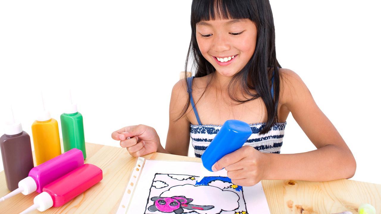 Die schönsten Deko-Ideen mit: Window Color / ein Mädchen malt ein Window color Bild aus