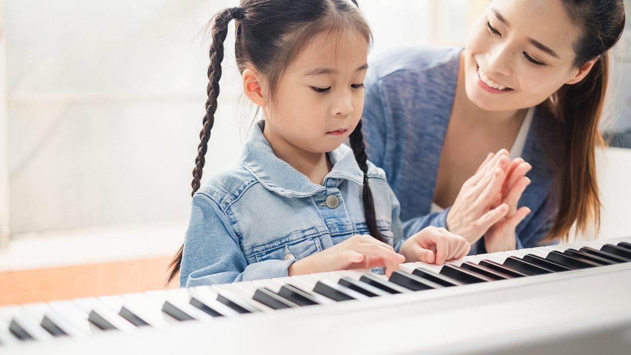 Keyboard spielen - So legen Sie los / Kind lernt Keyboard spielen