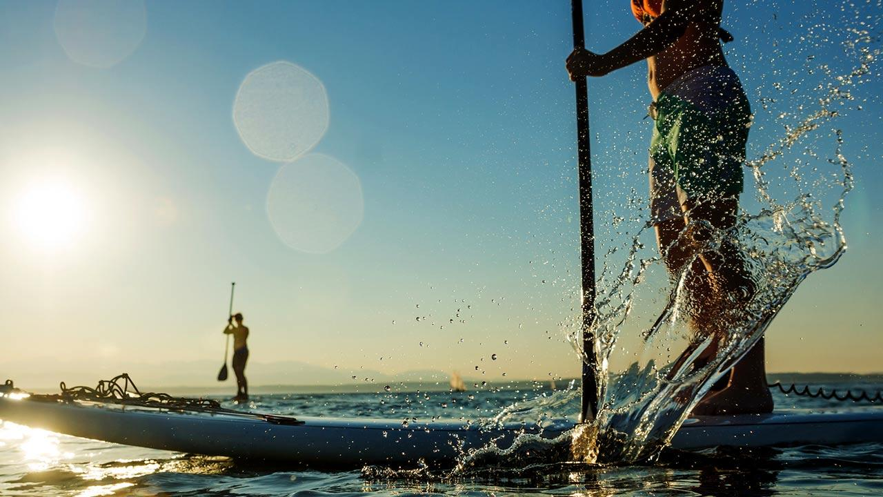 SUP - Stand Up Paddling / eine Frau macht Stand up Paddling