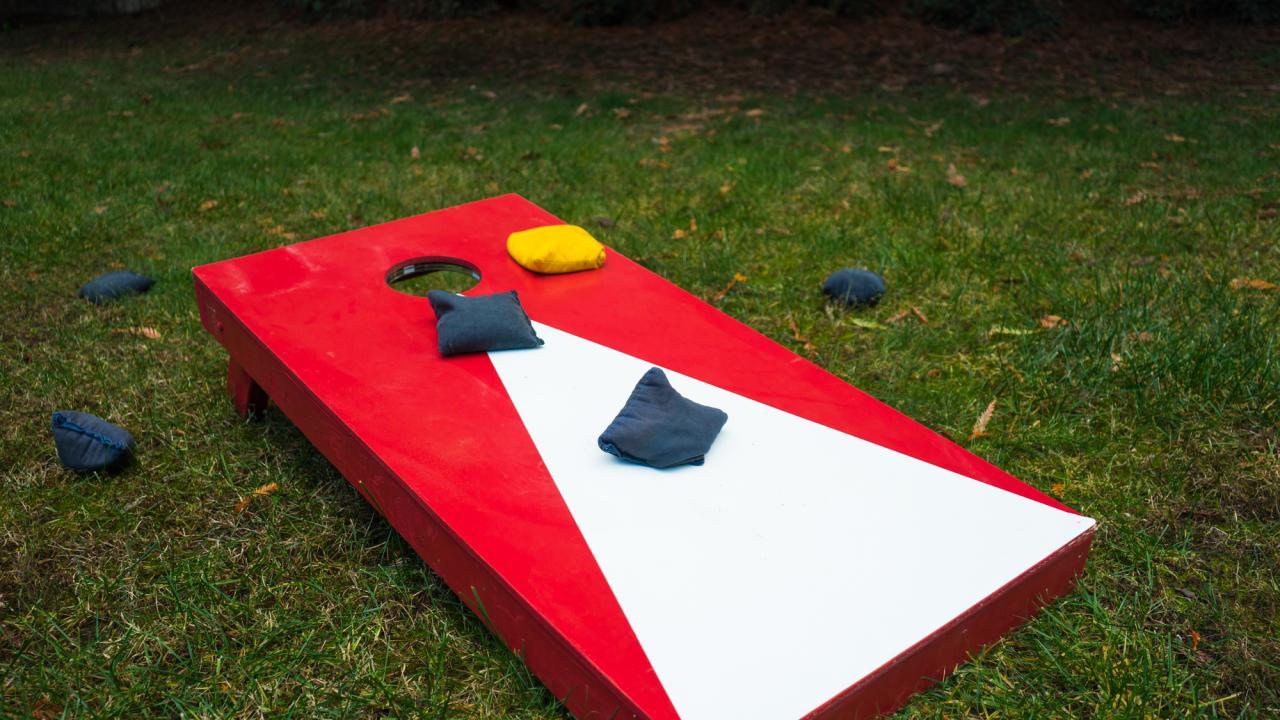 Cornhole - Sandsack werfen im eigenen Garten / ein Cornholbrett
