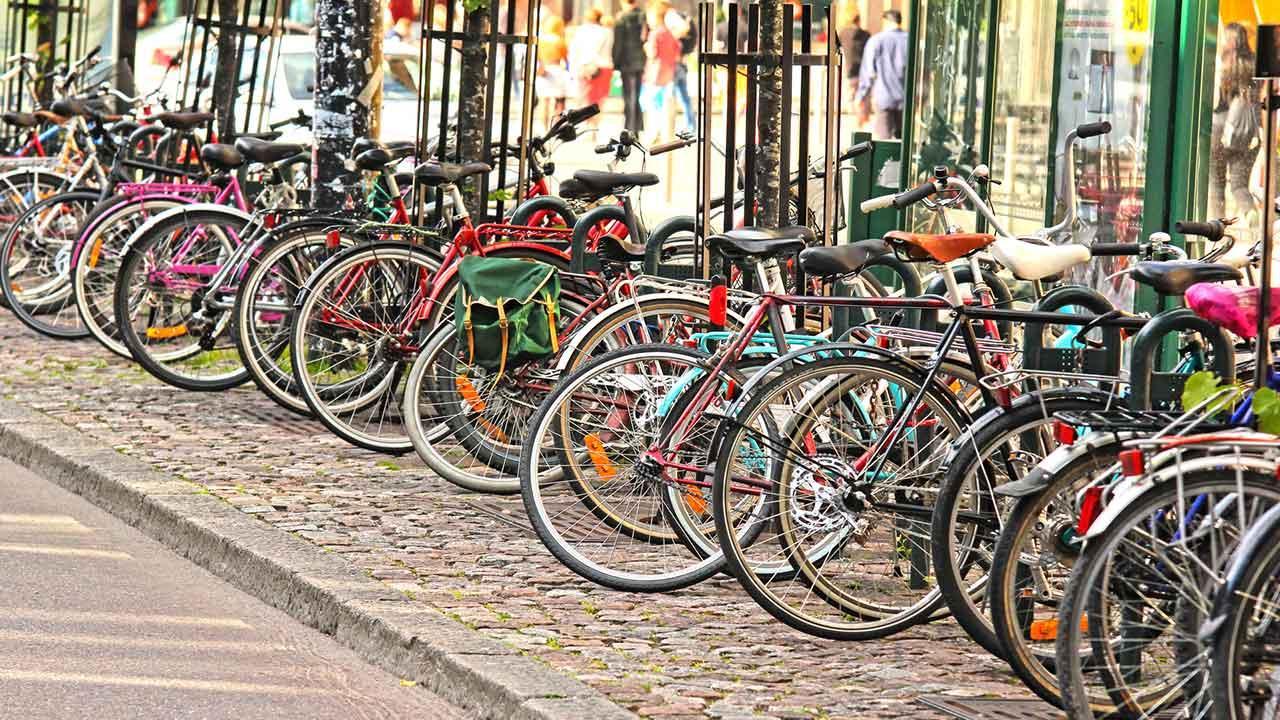 Mit dem Rad die Stadt erkunden: Nürnberg / Fahrradständer voll mit Fahrrädern