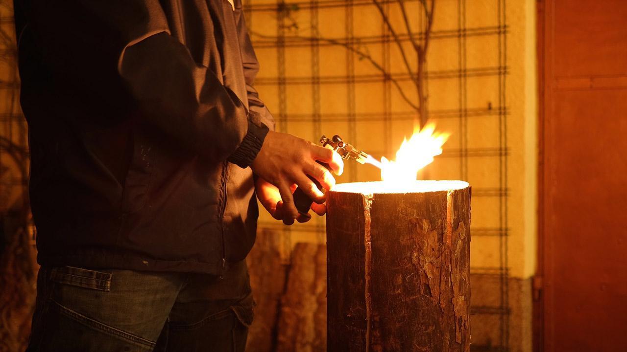 Schwedenfeuer für meinen Garten / Mann zündet Schwedenfeuer an