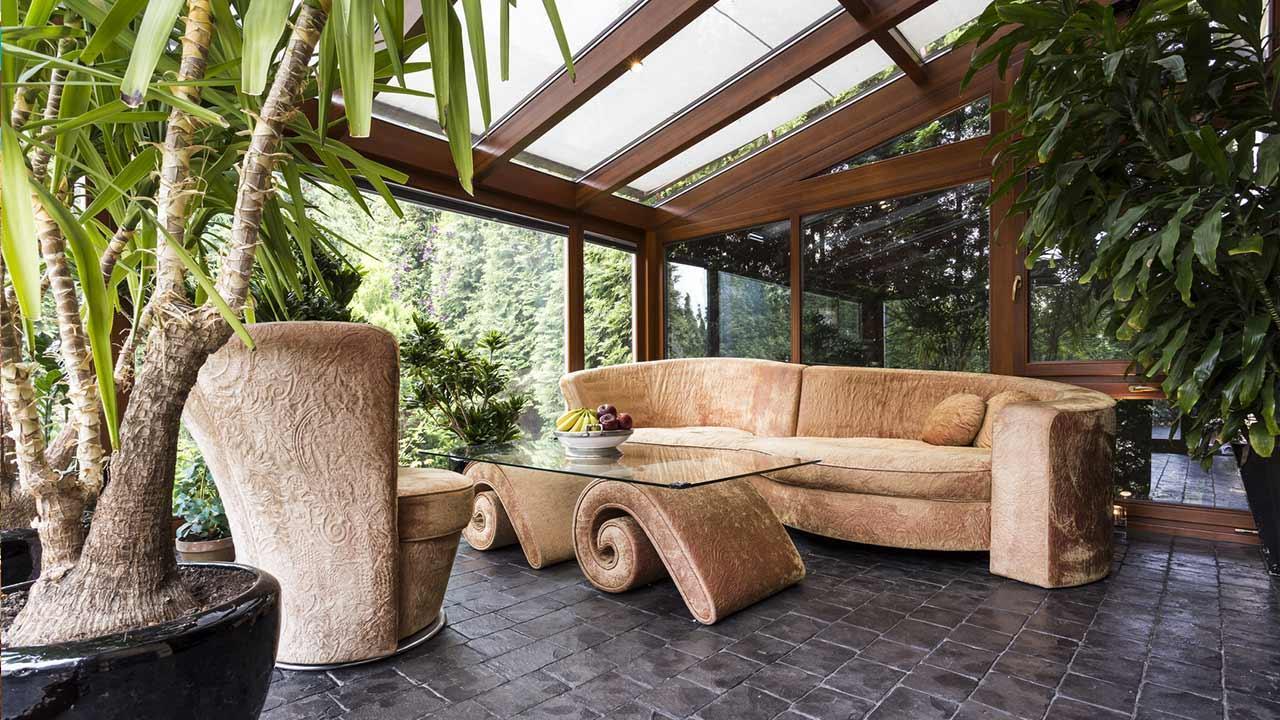 Ein Wintergarten bringt nicht nur gutes Raumklima - mit Sofa