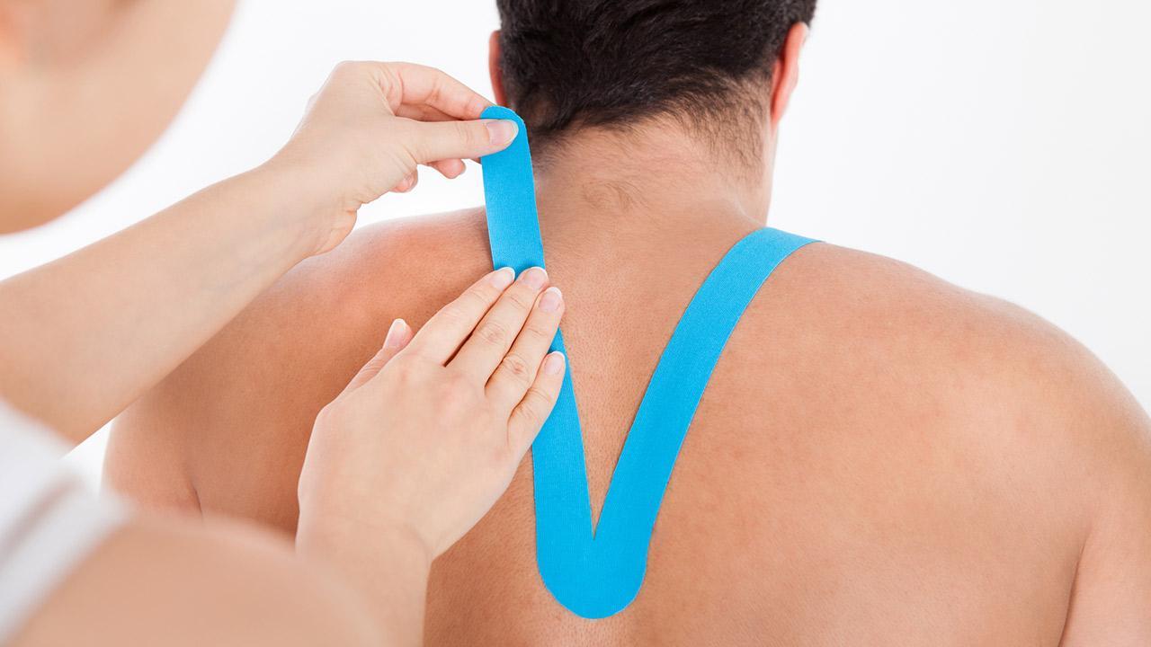 Taping - Hilft tapen gegen Rückenschmerzen? / ein Mann wird getaped