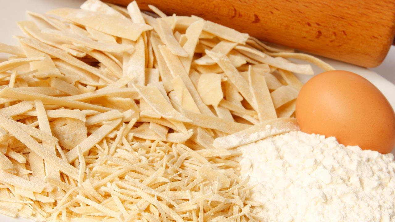 Nudeln selbst gemacht - worauf zu achten ist / Nudeln mit frischen Zutaten