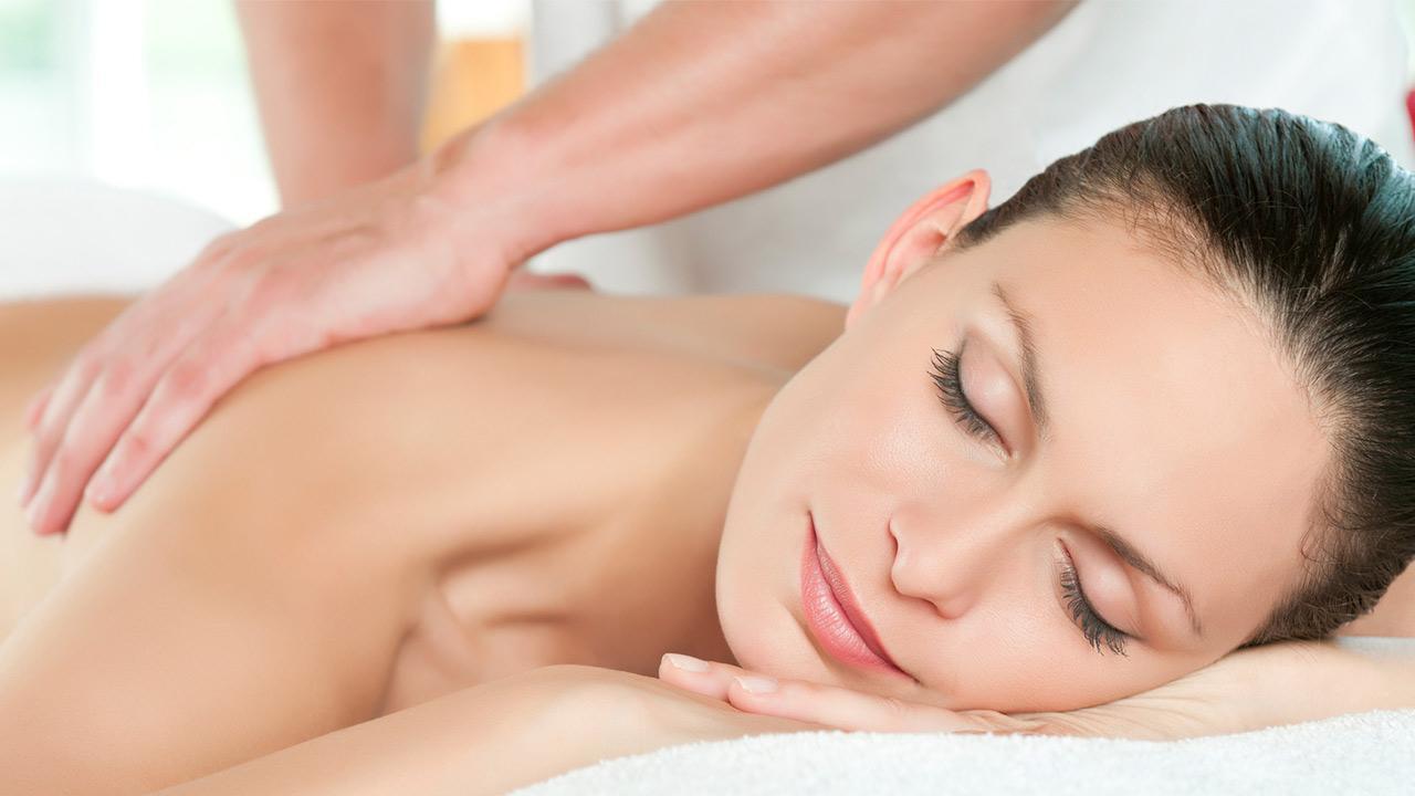 Tipps gegen Rückenschmerzen / Frau bekommt eine Massage