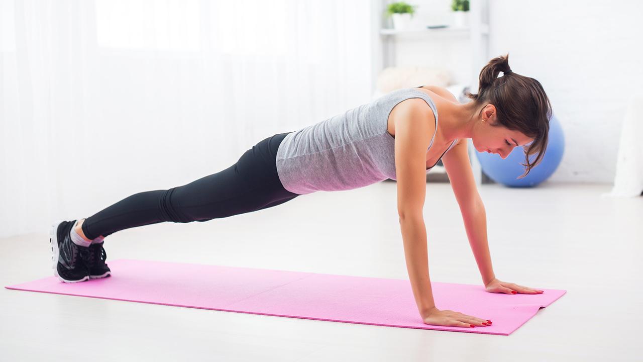 HIT- Training - Sport für Zuhause / Frau macht Liegestütze