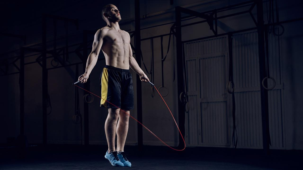 HIT- Training - Sport für Zuhause / Mann springt mit dem Seil