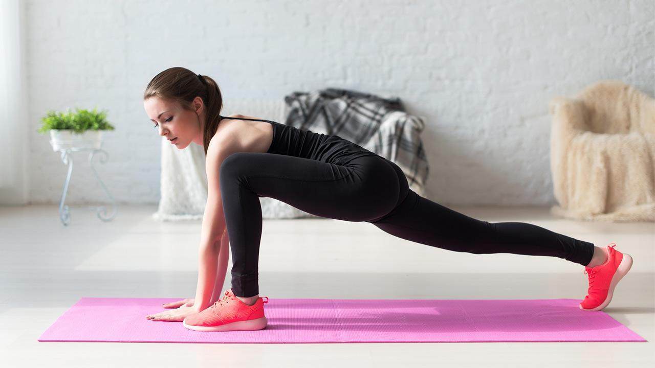 HIT- Training - Sport für Zuhause / Frau trainiert zuhause